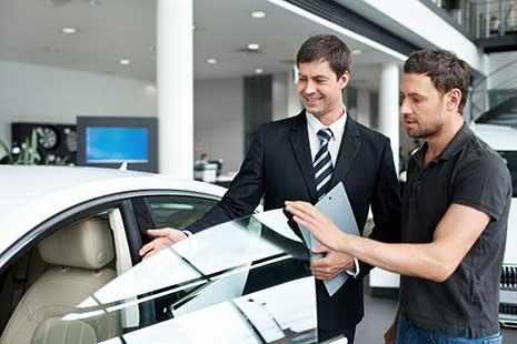 Automobilausstellung setzt Luftreiniger ein für saubere Luft.